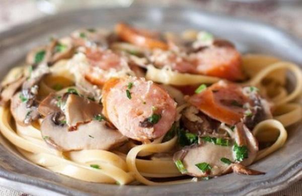 Макароны с сосисками. Интересные рецепты на сковороде, в мультиварке, духовке с сыром, яйцом, помидорами в соусе