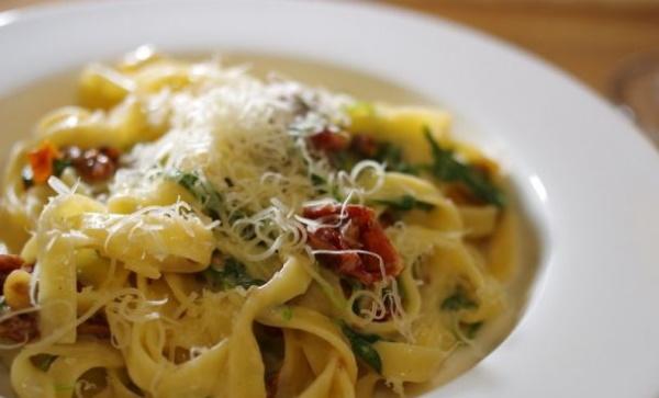 Паста с рыбой в сливочном соусе. Рецепт по-итальянски с сыром, брокколи, вялеными помидорами, грибами