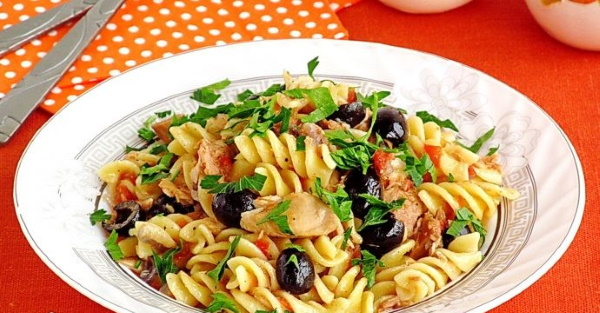 Паста с консервированным тунцом, свежим с оливками, помидорами, шпинатом в сливочном, томатном соусе