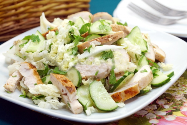Салат из корейской капусты. Рецепт с курицей, крабовыми палочками, помидорами, огурцами