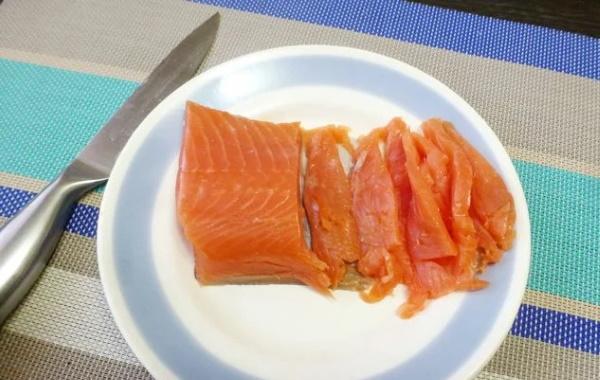 Салат с красной рыбой слабосоленой. Рецепт со свежим огурцом, авокадо, картофелем, фото