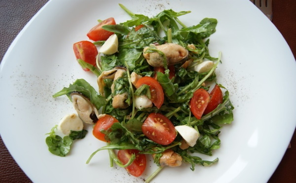 Салаты с морским коктейлем в рассоле. Рецепт с пекинской капустой, яйцом, рукколой, листьями салата
