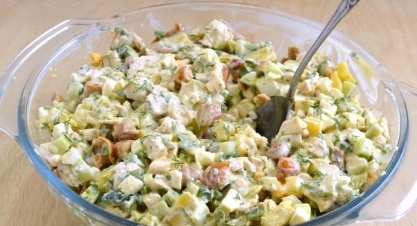 Салат с маринованными опятами. Рецепт простой с курицей, ветчиной, морковью, ананасом, картофелем