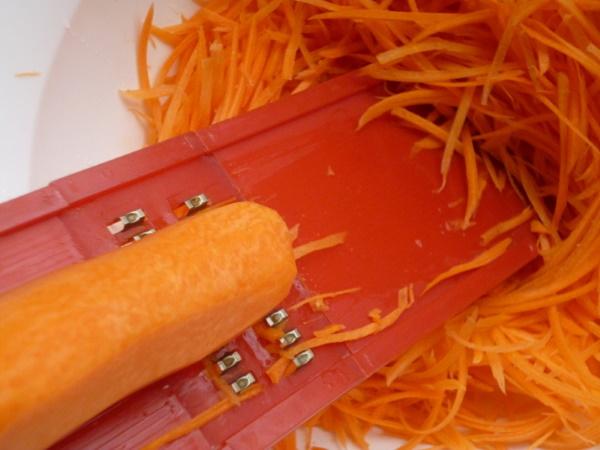 Селедка по-корейски. Рецепт с томатом, морковью, соком и без, луком. Фото