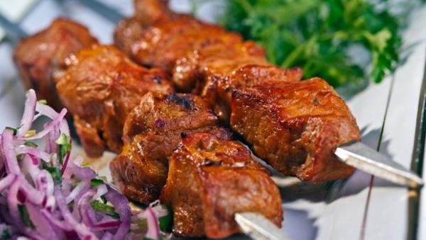 Шашлыки в кефире. Рецепты из свинины, курицы, говядины, как замариновать, чтобы мясо было сочным с киви, лимоном, луком, брусникой