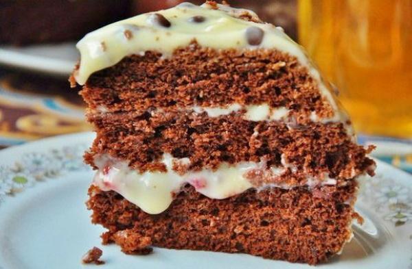 Шоколадный торт с орехами. Рецепт со сгущенкой, сметанным, заварным кремом, черносливом