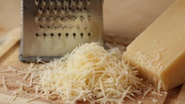 Сосиски в кляре на сковороде. Рецепт на палочке с сыром для детей
