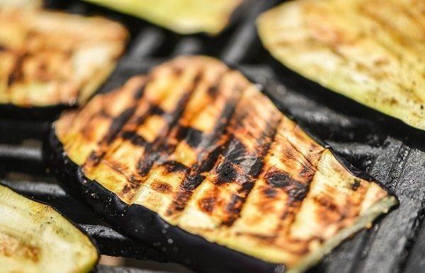 Баклажаны на гриле. Рецепт на мангале, в духовке, мультипекаре, с чесноком, сыром, укропом