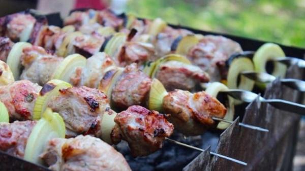 Как мариновать говядину для шашлыка. Рецепт в уксусе, кефире, майонезе, минералке с луком, киви, помидорами
