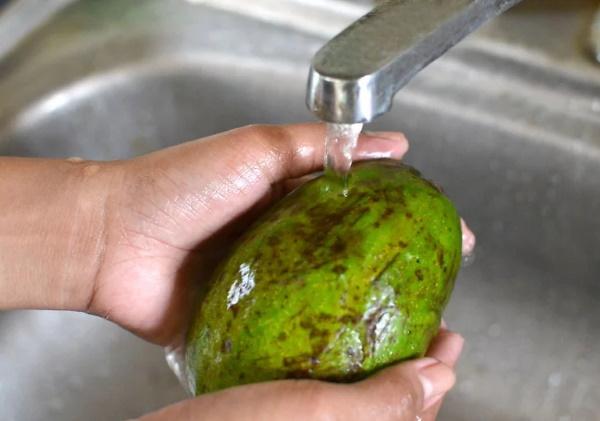 Как почистить авокадо ножом, ложкой для салата, бутербродов, роллов в домашних условиях