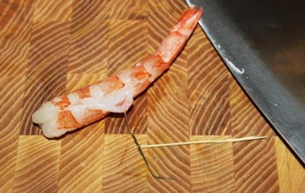 Как почистить замороженные креветки, вареные, перед жаркой для салата
