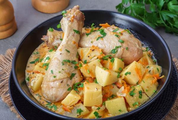Курица с картошкой на сковороде тушеная, жареная. Рецепт с фото пошагово