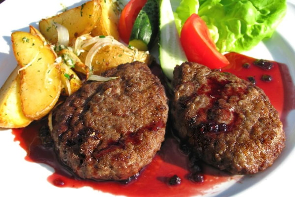 Мясо в красном вине. Рецепт на сковороде, в духовке, мультиварке с черносливом, чесноком, овощами, грибами