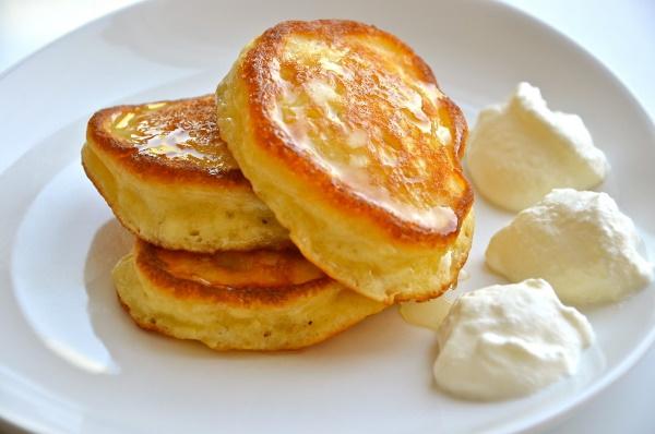 Оладьи на сыворотке пышные с яйцом и без. Рецепт вкусный, простой с дрожжами, яблоками, мукой, дырочками