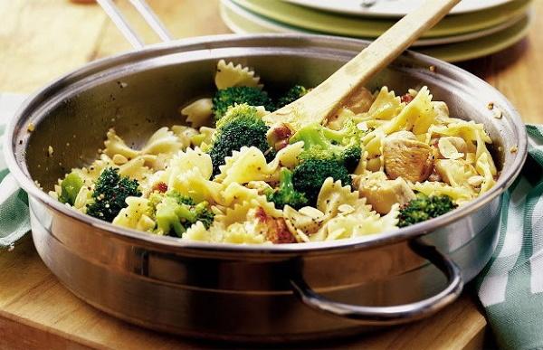 Паста с кокосовым молоком. Рецепт с курицей, грибами, морепродуктами, шпинатом. Фото