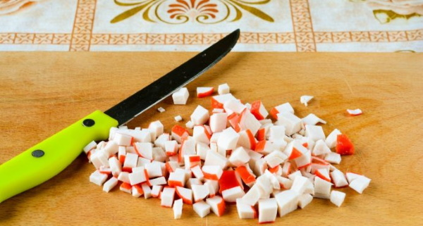 Салат из красной рыбы соленой. Рецепт слоями простой с картошкой, помидорами, сыром, авокадо, рисом