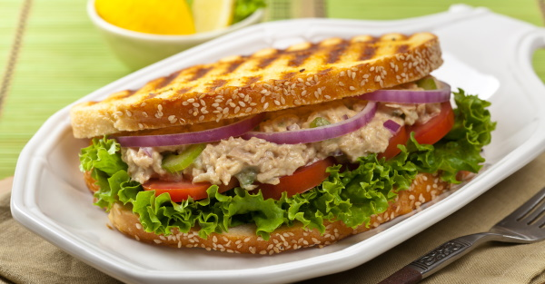 Сэндвичи с консервированным тунцом в мультипекаре, на гриле с яйцом, сыром, огурцом, авокадо