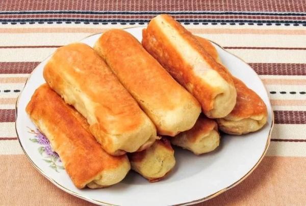 Сосиски в тесте. Рецепт из слоеного дрожжевого теста в духовке, на сковороде, с сыром, кунжутом, картошкой