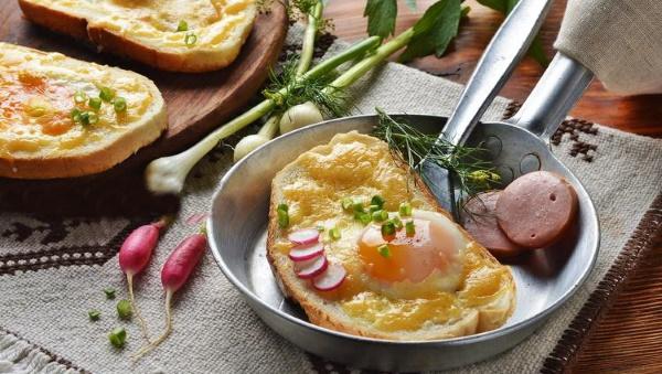 Яичница с хлебом на сковороде. Рецепт с колбасой, помидорами, сыром, луком, сосисками