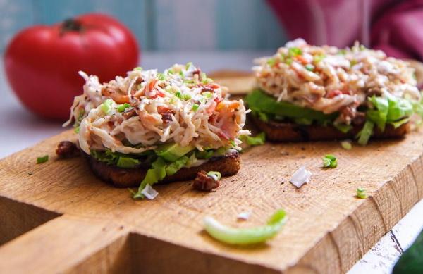 Закуска из авокадо. Рецепт с чесноком, креветками, помидорами, творожным сыром в тарталетках, лаваше