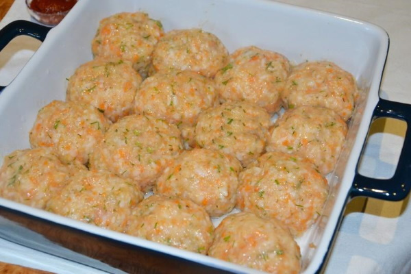 Фрикадельки в сметанном соусе в духовке, мультиварке, на сковороде. Рецепт с грибами, сыром, макаронами, мукой