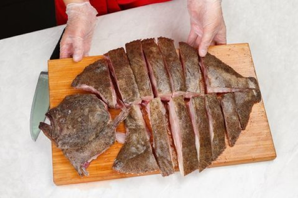 Как разделать камбалу для жарки, запекания, копчения на филе, куски, стейки