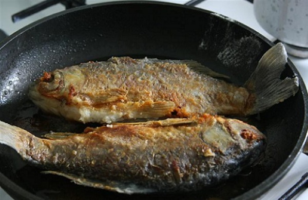 Караси в сметане на сковороде. Рецепты русские, без костей с луком, картофелем, чесноком
