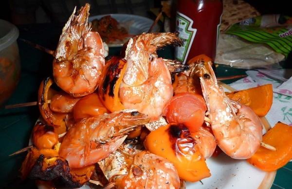 Креветки на мангале. Рецепт в панцире и без, на решетке, шпажках, маринад с соусом, чесноком, овощами