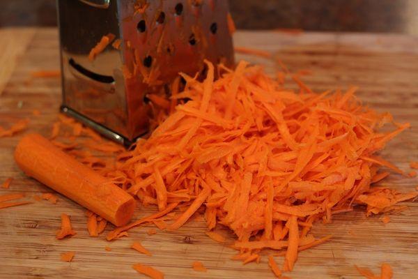Минтай в сливочном соусе на сковороде, в духовке. Рецепт с грибами, овощами, шпинатом, морковью. Фото