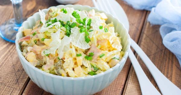 Салат с ананасом и пекинской капустой, с курицей, крабовыми палочками, кукурузой, ветчиной, сыром, гранатом