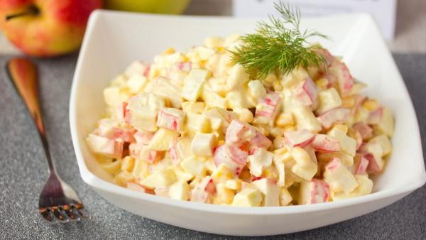 Салат с крабовыми палочками и перцем, сыром, помидором, яйцом, огурцом, фасолью