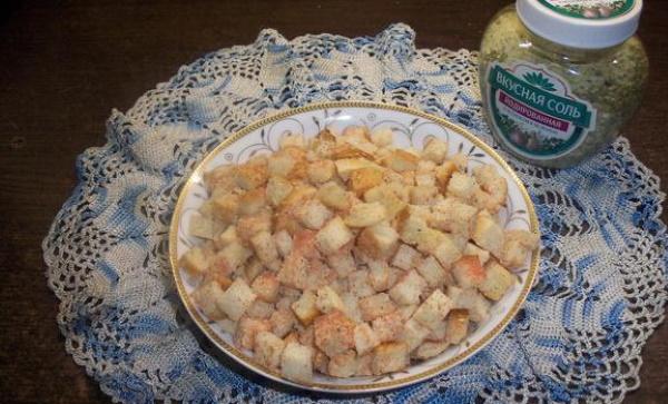 Сухарики на сковороде. Рецепт без масла из белого, черного хлеба, батона с чесноком, приправами, сыром