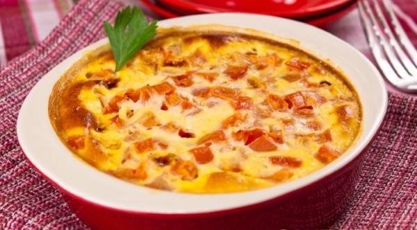 Яичница с помидорами и сыром. Рецепт на сковороде, в духовке с колбасой, луком, сосисками
