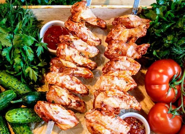 Блюда из куриных крылышек. Рецепт на сковороде с картошкой, гарниром, макаронами