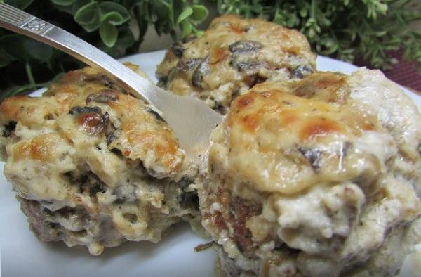 Котлеты в сметанном соусе в духовке. Рецепт с фото пошагово с сыром, грибами, картошкой, луком, морковью