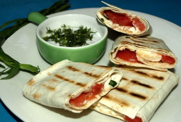 Лаваш с сыром и зеленью на сковороде, мангале, в духовке. Рецепт с яйцом, чесноком, помидорами, творогом