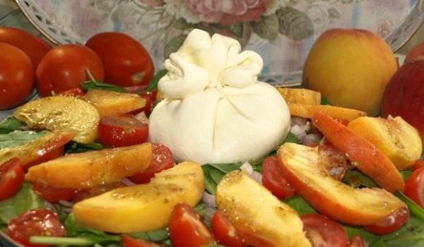 Салат с бураттой и помидорами. Рецепт итальянский с рукколой, песто, авокадо