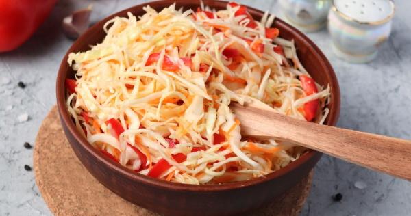Салат с пикантной капустой, курицей, крабовыми палочками, огурцом, кукурузой, сухариками, помидорами