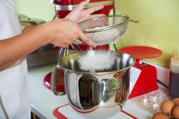 Тесто для чебуреков пузырчатое, хрустящее. Рецепт классический, заварное, дрожжевое на кипятке, кефире, пиве, минералке