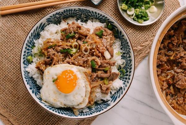 Японские блюда из риса. Рецепт онигири из яиц, мяса, курицы, рыбы, тунца в домашних условиях