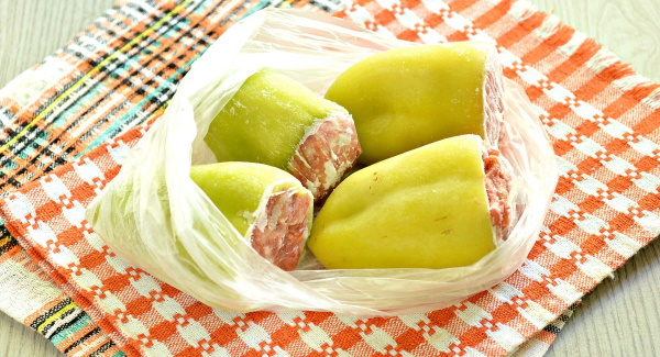 Как приготовить замороженные фаршированные перцы в кастрюле с томатной пастой, подливкой, сметаной