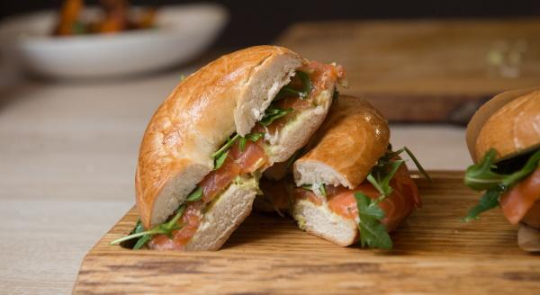 Бутерброды с авокадо и красной рыбой. Рецепт с творожным сыром, яйцом, лимоном