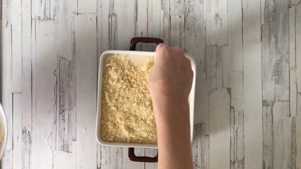 Песочный пирог с творогом и крошкой сверху. Рецепт в духовке