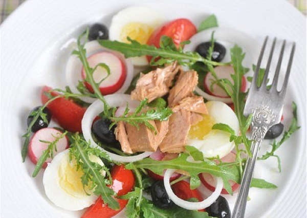 Салат с тунцом и рукколой. Рецепт с фото классический с авокадо, кукурузой, соевым соусом
