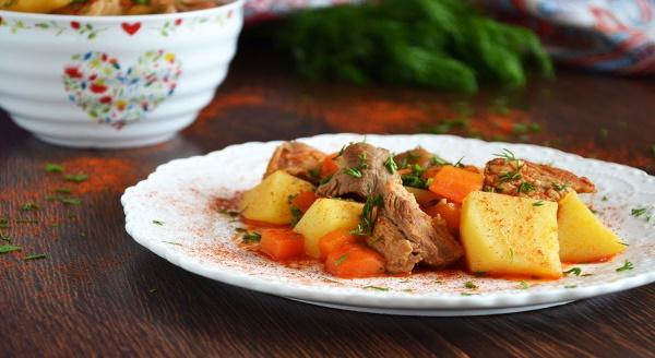 Тушеная свинина с картошкой в кастрюле. Рецепт с луком, морковью, томатной пастой