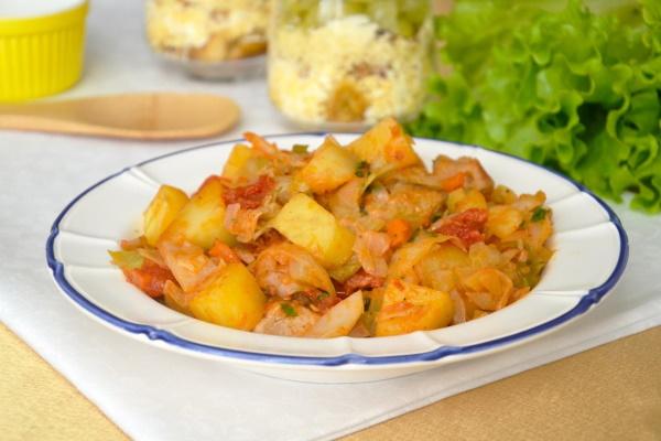Жаркое в казане с картошкой и свининой, овощами, грибами, капустой. Рецепт с фото