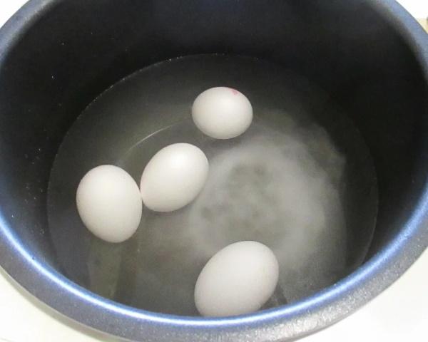 Как сварить яйцо всмятку в кипящей воде