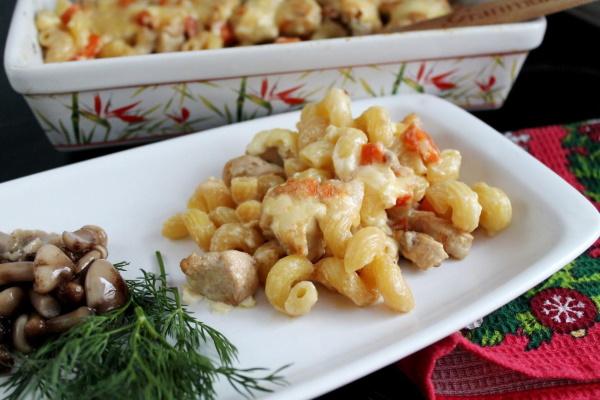 Макароны, тушеные в сковороде с мясом, курицей, овощами