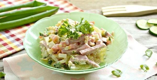 Салат Соломка с копченой колбасой, огурцом, кукурузой, яйцом