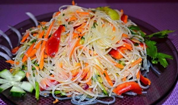 Блюда из фунчозы с курицей, овощами. Рецепт с фото